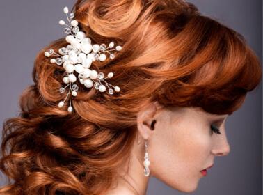 Acconciatura da sposa semi-raccolta con perle