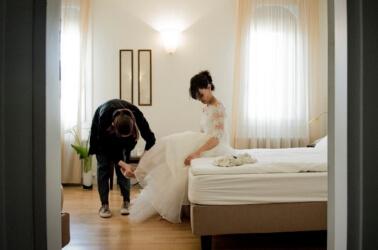 Sposi nelle camere della location