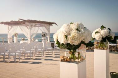Allestimento di una cerimonia di nozze in riva al mare