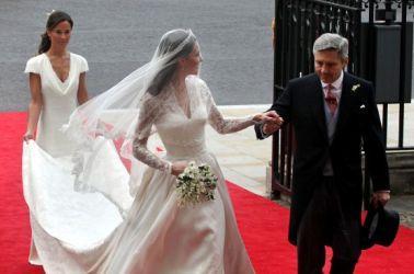 Kate verso l'altare insieme al Padre e alla sorella Pippa