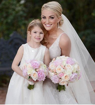 La damigella e la sposa con lo stesso bouquet