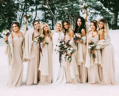 Sposa e damigelle sulla neve per il matrimonio invernale