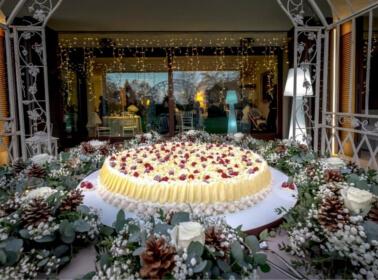 Allestimento del tavolo della torta nuziale