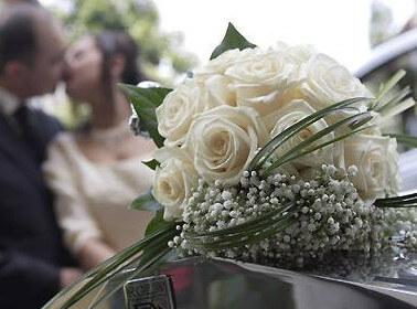 Bouquet di fiori con rose bianche