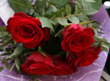Bouquet di fiori con rose rosse