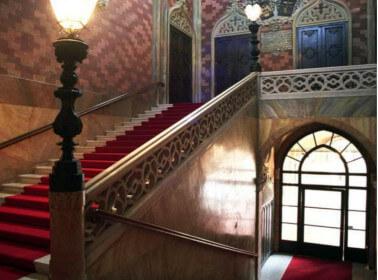 Una sontuosa scalinata ideale per un matrimonio romantico
