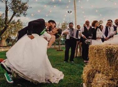 Gli sposi durante un matrimonio originale in masseria