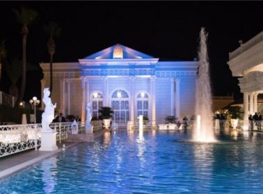 il matrimonio a bordo piscina di sera