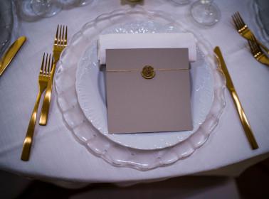 matrimonio bianco oro piatti