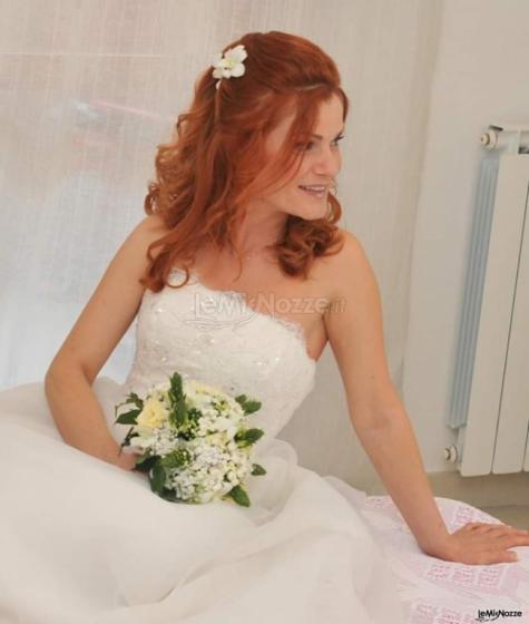 Acconciatura da sposa con fiori veri