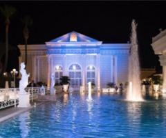 Matrimonio di sera a bordo piscina