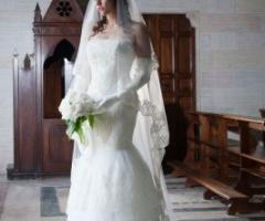 Abito da sposa con ricami sul velo e sulla gonna