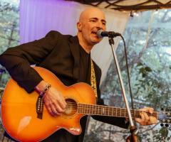 Davide Marani alla cchitarra acustica e voce