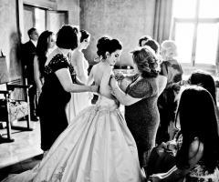 Foto in bianco e nero dei preparativi della sposa