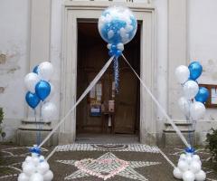 Il Punto Esclamativo - Allestimento con palloncini fuori dalla chiesa