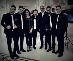 Metamorphosis Wedding Band - Abito nero e cravattino bianco