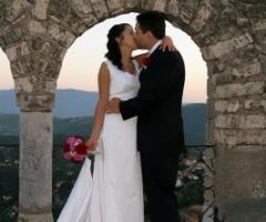 Foto bacio sposi alla location di matrimonio