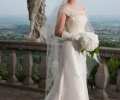 Vestito da sposa con guanti e corpetto ricamato
