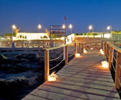 COCO - Beach Club & Eventi di Classe - Pontile che porta al mare