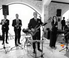 Metamorphosis Wedding Band - In sala con abito e cravattino nero