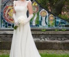 Vestito da sposa con dettagli ricamati in pizzo