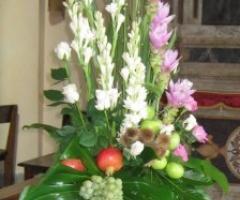 Fiori bianchi e lilla per le nozze