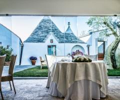 Masseria Bonelli - Tavolo degli sposi davanti ad un trullo pugliese