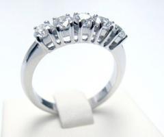 Anello con fila di diamanti