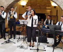 Metamorphosis Wedding Band - In sala con panciotto e cravattino nero