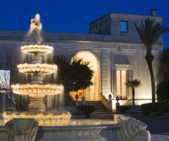 Tenuta Montenari - Esterno con fontana illuminata della tenuta per il matrimonio