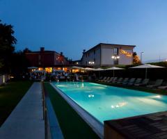 Ristorante Alla Veneziana - La piscina di sera