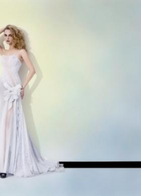 Abito da sposa stretto con fiore in tessuto applicato su un fianco