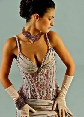Abito da sposa con corpetto ricamato con perle e strass