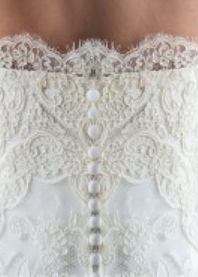 Vestito da sposa con corpetto ricamato sul retro