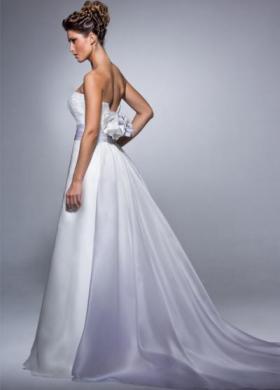 Abito da sposa senza spalline e cinta color lilla