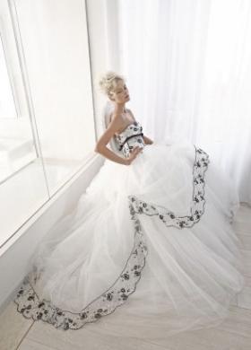 Abito da sposa con ricami neri sul corpetto e sulla gonna - Collezione Bianco e Nero