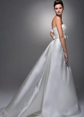 Vestito da sposa senza spalline e cinta in tessuto