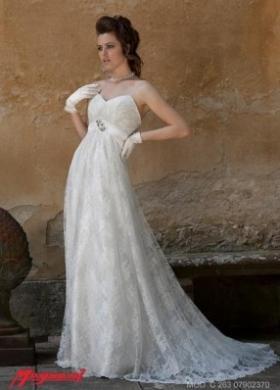 Vestito da sposa con scollo a cuore e ricami in pizzo