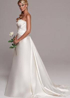 Abito da sposa senza spalline e coda lunga
