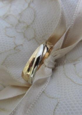 Fede nuziali in oro giallo con fascia in oro bianco