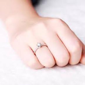 Tipologia di anello nuziale con diamante