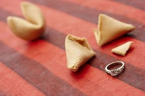 Anello di fidanzamento nel biscotto della fortuna