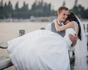 Lo sposo tiene in braccio la sposa per entrare in casa