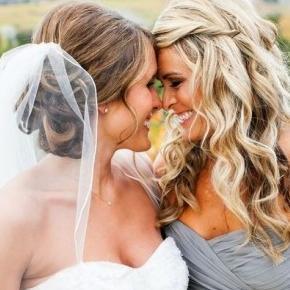 La sposa con la damigella d'onore