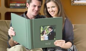 Gli sposi guardano l'album del matrimonio