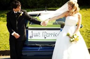 Gli sposi con la macchina da cerimonia