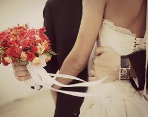 Coppia di sposi che si abbraccia