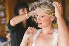 La sposa si fa sistemare l'acconciatura per le nozze