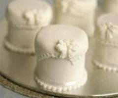 Bomboniere minicake, isole  a tema per il banchetto di nozze e scarpe ipercolorate: ecco i must delle spose 2009.