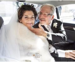 Fotografia della sposa nella macchina con il padre